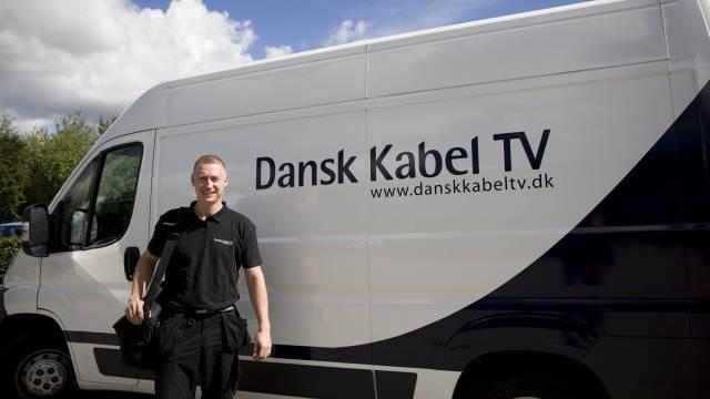 Mand foran bil fra Dansk Kabel TV, som har fået migreret to netværk til ét hurtigt og mere robust carrier-grade netværk.
