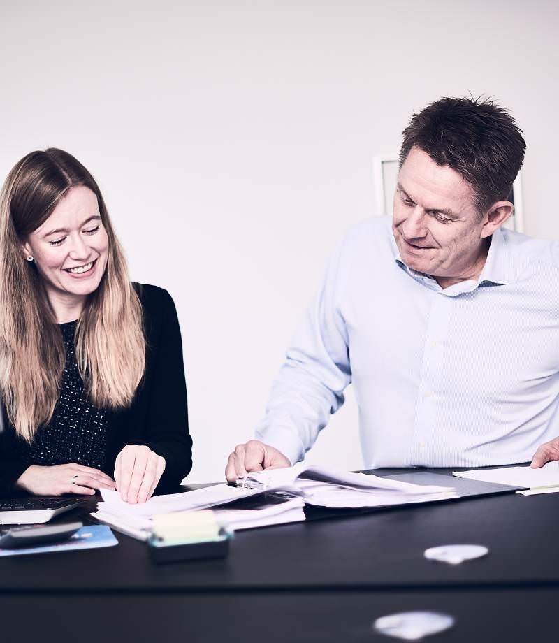 En kvindelig og en mandlig medarbejder samarbejder om ydelsen Itectra Services